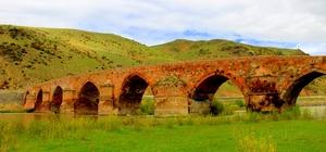 Tarihin en eski köprülerinden birisi olan Çobandede Köprüsü ilk günkü ihtişamıyla göz kamaştırıyor