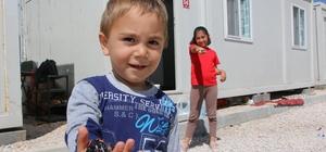 Depremzede çocukların bayram sevinci Elazığ'da kısıtlamada konteyner kentte kalan çocuklar, özel izinle geçici barınma merkezi dışına çıkmadan şeker toplayıp burukta olsa bayram sevinci yaşadı
