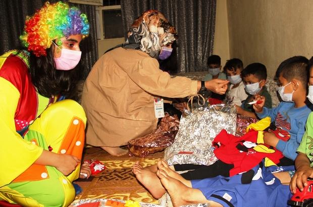 Şanlıurfa'da gönüllü gençler çocuklara bayramı yaşattı Palyaço ve Nasrettin Hoca dezavantajlı çocuklara oyuncak ve elbise dağıttı