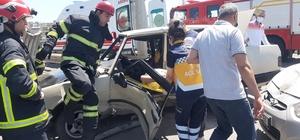 Kaza yapan sürücü araç içinde sıkıştı Kocaeli'de kaza: 2 yaralı