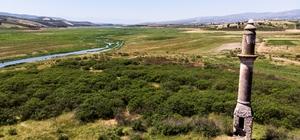 (Özel) Baraj suları çekildi, cami minaresi ortaya çıktı Baraj sularının çekildiği bölgedeki eski yerleşim yerinden geriye cami minaresi kaldı Ege Bölgesi'nin en önemli barajlarından Demirköprü Barajı kuraklık tehlikesiyle karşı karşıya Demirköprü Barajında yaşanan kuraklık hem tarımı hem balıkçılığı da tehdit ediyor Demirköprü Barajındaki kuraklık drone ile görüntülendi