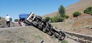 Kamyon şarampole devrildi, sürücü kazayı ucuz atlattı
