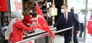 Fatsa protokolü, esnaflara Türk Bayrağı dağıttı