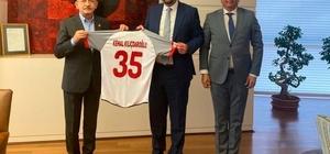 """Başkan Gümrükçü'den CHP Lideri Kılıçdaroğlu'na ziyaret Başkan Gümrükçü, """"Avrupa Spor Kenti"""" ödülünü Kılıçdaroğlu'na takdim etti"""
