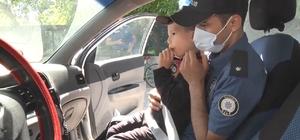 Görevden göreve koşan polis ekiplerinden alkışlanacak hareket Minik Eymen'in polis korkusunu yenmesi için seferber oldular Ekip otosuna bindirdikleri küçük çocuğun korkusunu giderip görevlerine koştular
