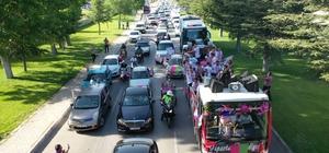 2. Lig'e yükselen Isparta32 Spor'a coşkulu karşılama Taraftarlar futbolcuları araç konvoylarıyla karşıladı