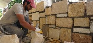 Eski Rum evlerinin mimari yapısından izler taşıyan Foça'da yeni moda taş evler Kamyonlara yükleniyor, ustalar tarafından balyozlarla kırılıp kare şekli veriliyor