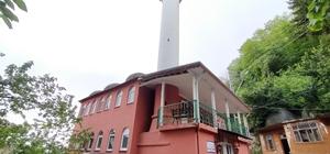 Ordu'da yıldırım düşen minarenin ucu koptu Minarenin kopan parçaları camiye hasar verdi, cami imamının aracında büyük çaplı hasar yol açtı