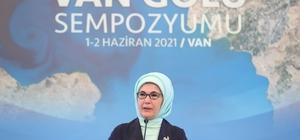 """Emine Erdoğan: """"Van Gölü, ülkemizin gerdanında safir bir kolye gibi parlıyor"""" 'Van Gölü Sempozyumu'na katılan Cumhurbaşkanı Erdoğan'ın eşi Emine Erdoğan: """"Yeryüzü tuvaline çizilmiş tabiat resminden daha yüksek bir sanat yok"""" Çevre ve Şehircilik Bakanı Murat Kurum: """"Yerel yönetimlerimizin vazifesi, başlamış bir çevre yatırımını durdurmak değildir"""" """"Sıfır Atık Projemizle sadece 3 yılda 17 milyon ton kullanılabilir atığı geri dönüştürdük, ekonomimize 17 milyar lira katkı sağladık"""""""