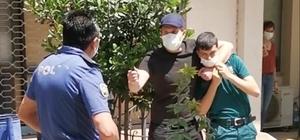 İzmir'de hareketli anlar: Bıçaklı saldırgan engelli memuru rehin aldı İzmir'de engelli memurun bıçaklı saldırgan tarafından rehin alındığı anlar kamerada