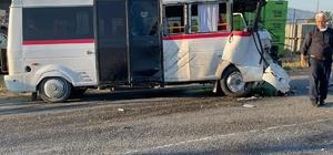 İzmir'de feci kazada can pazarı: 6 yaralı Minibüs ile traktör çarpıştı: 6 yaralı
