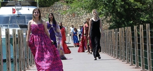 (Özel) Halfeti'de turizm sezonu 'karagül' temalı defileyle açıldı Turizm sezonu 'karagül' temalı yöresel kıyafetlerin sergilendiği defile ile start aldı