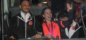 Dünya şampiyonu cimnastikçiye memleketinde görkemli karşılama Ayşe Begüm Onbaşı memleketi Manisa'da mehter takımı eşliğinde karşılanarak şehir turu attı Onbaşı'yı Manisa Valisi Yaşar Karadeniz makamında kabul etti
