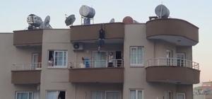 Mersin'de yürekleri ağza getiren görüntü Mersin'de henüz bilinmeyen bir nedenle 5 katlı binanın çatısına çıkan bir şahıs, bir süre asılı kaldığı binanın çatısından 5. katın balkonuna düşerek kurtuldu Olay anı bir vatandaşın cep telefonu kamerasıyla saniye saniye kaydedilerek sosyal medyada yayınlandı