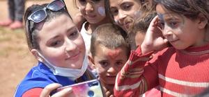 Isparta'da gönüllü gençler tarım işçilerinin çocuklarını mutlu etti Gençlik Merkezi gönüllüleri, tarım işçilerinin kaldığı çadır kentte çocuklarla oyunlar oynadı, hediyeler dağıttı