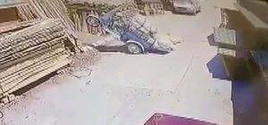 Üç tekerlekli motosiklet şaha kalktı Konya'da fazla malzeme yüklenen üç tekerlekli motosikletin önünün havaya kalkması güvenlik kamerasına yansıdı