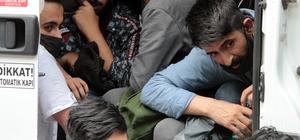 'Dur' ihtarına uymayan minibüsten 35 kaçak çıktı Muğla'da Bayır Mahallesi'nde trafik ekiplerinin 'dur' ihtarına uymayan ve Aydın kontrol noktasında durdurulan minibüs içinde birisi insan taciri toplam 35 Pakistan uyruklu kaçak mülteci çıktı
