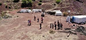 """Mangal kömürü işçilerinin çadırda yaşamı başladı """"Bizim alnımızın teri ve mutluyuz"""" Mardin'den Elazığ'a gelerek ormanlık alanda mangal kömürü yapmak için çadırda yaşayıp çalışmalara başlayan ailelere, Türk Kızılay'ı yardım elini uzattı Ailelere Kızılay ekibi destek verirken, çalışmak için gelen işçiler  """"Allah'a şükür, helal lokma kazanmaya çalışıyoruz, harama el uzatmıyoruz. Bu bizim alnımızın teri ve mutluyuz""""demesi dikkat çekti"""