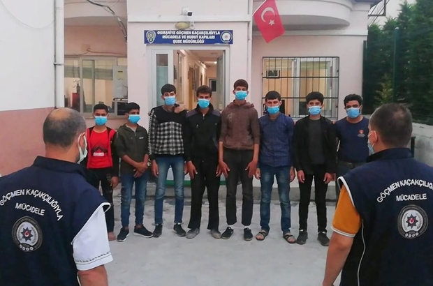 Suçüstü yakalanan insan taciri 2 kişi tutuklandı Osmaniye'de düzensiz göçmenlerin yakalanması ve insan ticaretinin önlenmesi amacıyla yapılan denetimlerde insan ticareti yapan 2 şahıs, Suriyeli 8 mülteciyle birlikte suçüstü yakalandı