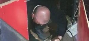 Eğlence mekanında sahnenin altına ve tuvalete saklandılar Konya'da korona virüs tedbirleri kapsamında yapılan denetimlerde gece saatlerinde bir eğlence mekanında bulunan 27 kişiye işlem yapıldı