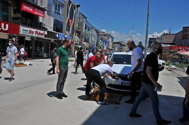 Yasak caddeye giren otomobil çukura düştü El birliği ile otomobil kurtarıldı