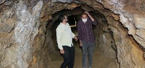 420 metre uzunluğundaki tünel lokantaya, yemeğe değil, serinlemeye geliyorlar Elazığ'ın Keban ilçesi'nde 70 yıl önce maden çıkartılmak için açılan 420 metre uzunluğundaki tünel, lokanta olarak hizmet vermeye başlayınca turizme kazandırıldı Işıklandırılması yapılan ve soğuk hava deposu gibi kullanılan tüneli olan lokantaya çoğu vatandaş yemek yemeye değil, ziyarete geliyor