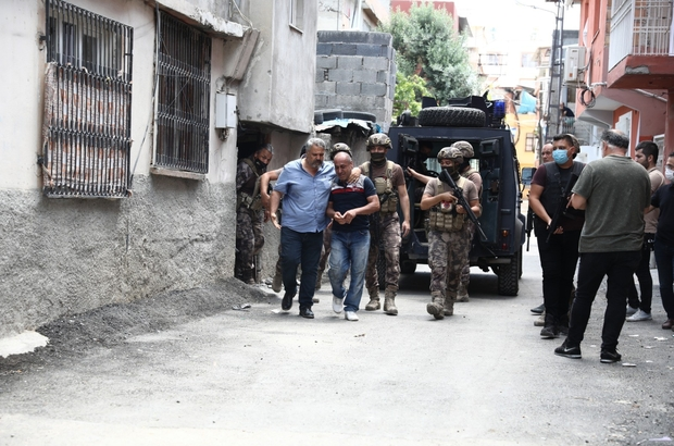 Linç edilmekten polis havaya ateş açarak kurtardı Adana'da komşularıyla sorun yaşayan bir kişi evinin damına çıkarak pompalı tüfekle havaya ve yoldan geçen bir otomobile ateş etti Yaklaşık 4 saat damda kalan adam, polis tarafından gözaltına alınıp indirildiği sırada komşuları tarafından linç edilmek istendi Polis havaya ateş açarak grubu dağıtıp gözaltındaki şahsı olay yerinden uzaklaştırdı