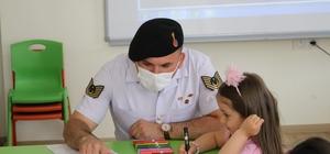Aksaray Jandarma minik öğrencilerin okul heyecanını paylaştı