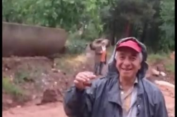 Sarıcakaya'da yoğun yağış sele neden oldu Sel sularının yanında çay içti