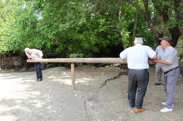 Yaşlılar 50 yıl sonra yeniden kurulan 'cıngırdak' ile çocuklar gibi eğlendi Attouda Antik Kenti üzerine kurulan Hisar Mahallesinde 50 yıl önce yok olan 'cıngırdak' yeniden kuruldu