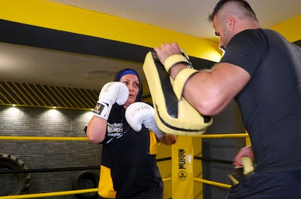 """56 yaşındaki kick boks sporcusu gençlere taş çıkartıyor """"Ayıp"""" deyip vazgeçirmeye çalıştılar, yılmadı, kick boks sporcusu oldu Gençlik hayali olan kick boksa 55'inde kavuştu"""