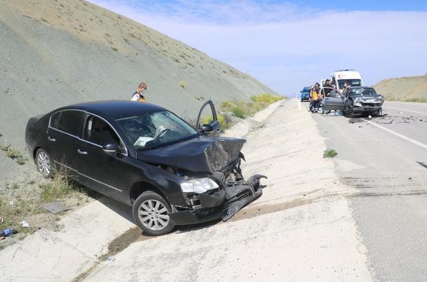 Araçlar kafa kafaya çarpıştı: 5 yaralı Sivas'ta iki aracın kafa kafaya çarpışması sonucu meydana gelen trafik kazasında 5 kişi yaralandı