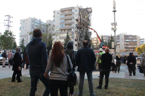 İzmir depreminde yan yatan binada kolon kesilmemiş 11 kişiye mezar olan binada kalitesiz beton kullanılmış