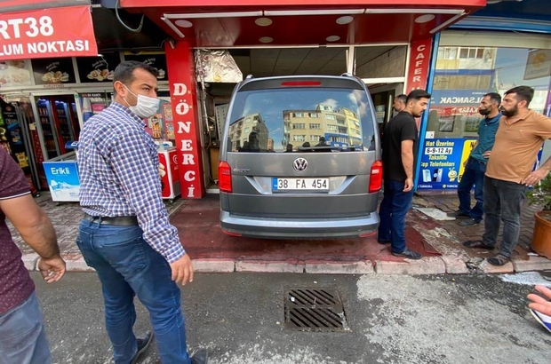 Sürücüsünün kontrolünü kaybettiği otomobil lokantaya böyle girdi Kazanın ardından yaşanan panik kameraya yansıdı