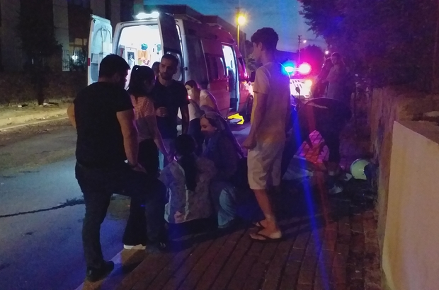 Motosiklet kaldırıma çarptı: 2 yaralı Çarpma sesini duyan mahalleli yardıma koştu
