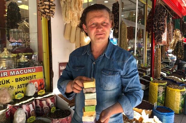 """Doğal sabuna talep her geçen gün artıyor Eskişehir'de 25 yıldır aktariye işleten Koray Özkılıç: """"Doğal ürünlerin faydasını bilen vatandaşların da bu sabunlara talepleri oldukça fazla"""""""