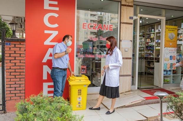"""Adana'da atık ilaçlar toplanıyor Atık ilaçlar artık çöpe gitmeyecek Seyhan Belediyesi ile Adana Eczacı Odası'nın hayata geçirdiği proje kapsamında 80 eczaneye, 80 litre kapasiteli, ağzı kilitli ve sarı renkli """"Evsel Atık İlaç Toplama Kumbarası"""" teslim edildi"""