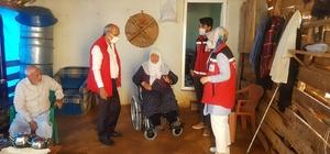 Yaşlı ve engelli kadına tekerlekli sandalye desteği