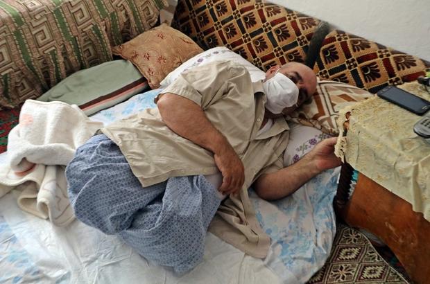 """Yıllarca dizleri üzerinde süründüren genetik hastalık iki bacağından etti Herediter Spastik Paraparezi (HSP) hastası adamın, süründüğü için kangren olan bacakları kesildi Doktorların sürünmesini yasakladığı talihsiz adam, yatağından bir adım dışarıya hareket edemiyor, eşinin yardımıyla ihtiyaçlarını karşılıyor Mehmet Ali Hamarat: """"Bacaklarımın olduğu dönemlere özlem duymuyorum. İmtihan dünyası bu, çok şükür"""" """"Benim gibi olanlara bunu tavsiye ediyorum; şükrün arkasında dursunlar. Şükrettikleri müddetçe, Allah onların sırtını yere getirmez"""""""