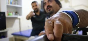 15 yıl yatağa bağlı kaldıktan sonra konuşmayı yeniden öğrenip, dikilen koluyla halter kaldırmaya başladı Elazığ'da 18 yaşında geçirdiği motosiklet kazası sonucu bedensel engelli kalıp, 15 yıl boyunca yatağı bağımlı kalan, ardından verilen desteklerle ahırı yaşam ve spor alanına çeviren Mustafa Özger'in hayatı değişti Kaza nedeniyle uzun süre konuşamayan, okuduğu kitaplarla konuşmayı yeniden öğrenen 38 yaşındaki Mustafa Özer, bir bardak kaldıramaz dedikleri dikilen koluyla ise halter kaldırmaya başladı Özger, Bedensel Engelliler Türkiye Halter Şampiyonası'na katılmayı hedefliyor
