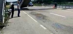 Tırın açık kalan dorsesi üst geçitte asılı kaldı Dorseden kopan çekicinin sürücüsü yaralandı