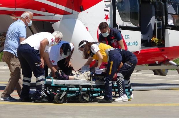 Kafasına kamyonetin arka kapağı düşen kadın ambulans helikopterle hastaneye kaldırıldı
