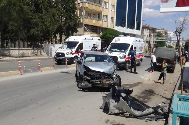 Otomobil park halindeki minibüse çarptı: 3 yaralı
