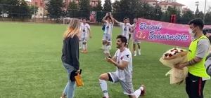 Yeşil sahada evlilik teklifi Emresporlu futbolcu galibiyet sonrası kız arkadaşına evlilik teklifinde bulundu