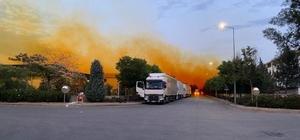 Fabrikanın kimyasal madde tankından sızıp havayla karışan nitrik asit gökyüzünü turuncuya boyandı Yaklaşık 2 saat süren çalışma sonunda sızıntı kontrol altına alındı