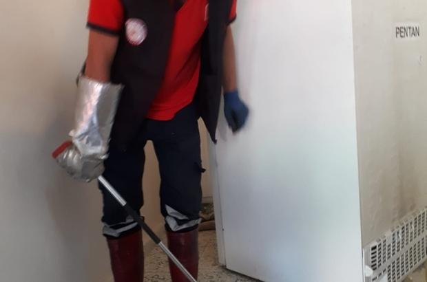 Tarsus'ta eve giren yılanı itfaiye ekipleri çıkarttı