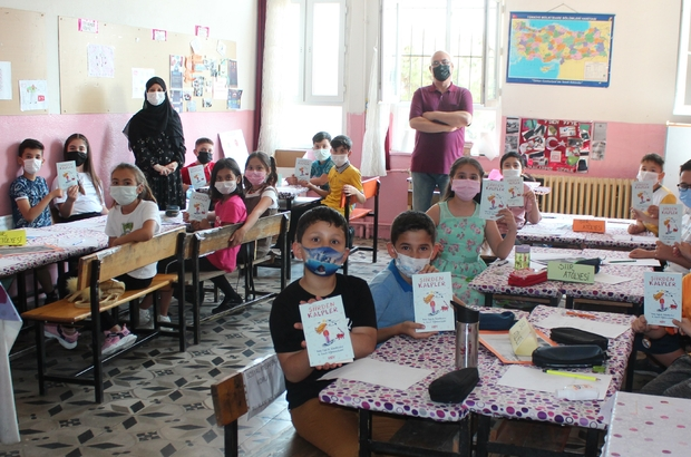 Sınıfça şiir kitabı çıkarıp gelirini okula bağışladılar Manisa'nın Alaşehir ilçesindeki ilkokul öğrencilerinin kendi yazdıkları şiir kitabı satışa çıkarıldı Şiir kitabından elde edilecek olan gelir okulun ihtiyaçları kullanılmak üzere okula bağışlanacak Manisalı öğrenciler pandemi nedeniyle uzaktan eğitim yapılırken şiir kitabı çıkarma başarısı gösterdiler