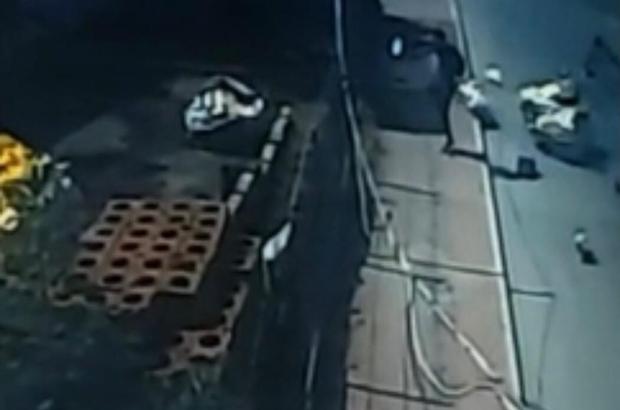 Kağıt toplayıcısı çocuğa kamyonet böyle çarptı Mersin'de 'çek çek' arabası ile atık kağıt toplayan 8 yaşındaki bir çocuğa, kamyonetin çarpması güvenlik kamerası tarafından saniye saniye görüntülendi Görüntülerde, kamyoneti fark etmeyen çocuk, bir anda yan yola geçince kaza gerçekleşiyor, çarpmanın etkisiyle çocuk ve çek çek arabası yola savruluyor