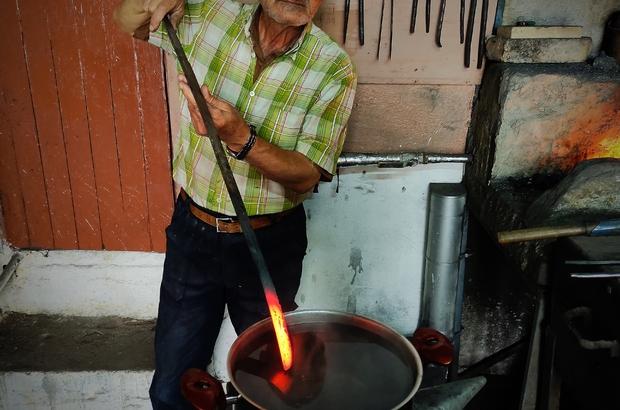 Koronavirüsten korunmak için demir suyu içiyor Binlerce derecede kızdırılmış demirle ısıtılmış suyu içip koronadan korunduğunu iddia etti Bu yöntemi bilmeyen biri uygularsa ona zarar verir
