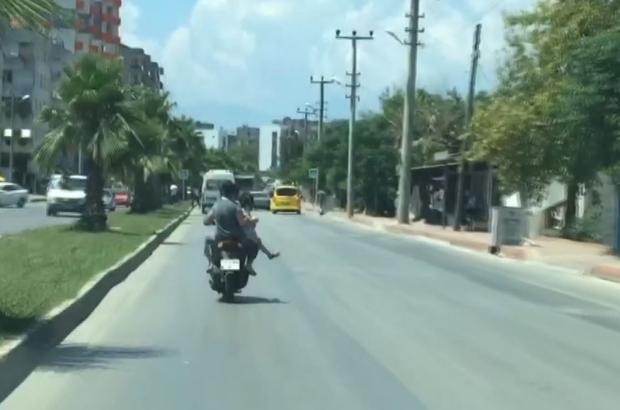 Motosiklet arkasında oturan kadından 'pes' dedirten davranış 10 yaşındaki kızını eline alarak dizinin üzerinde seyahat ettirdi